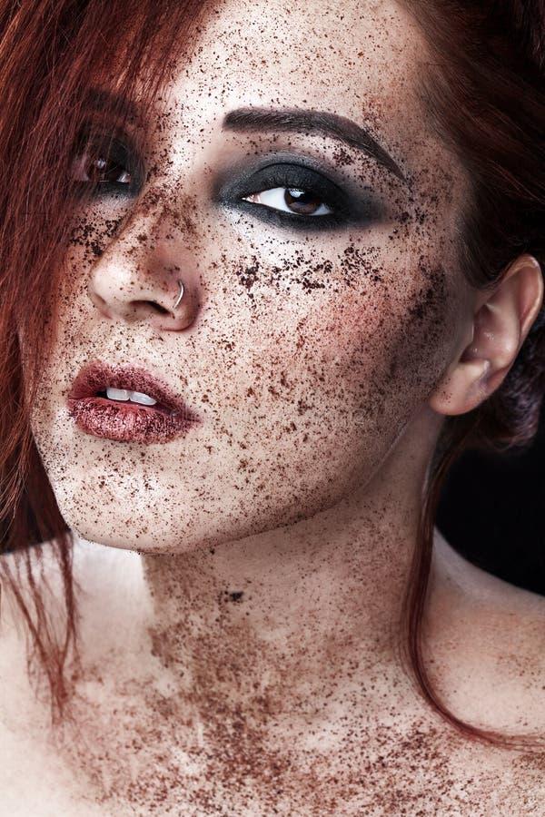 Härlig europeisk flicka med rött hår Ståenden av en ung kvinna med perfekt hud på hennes framsida, skurar huden Framsidan skurar  arkivbild