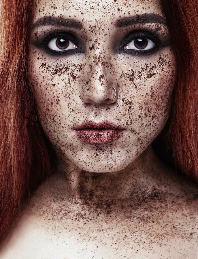 Härlig europeisk flicka med rött hår Ståenden av en ung kvinna med perfekt hud på hennes framsida, skurar huden Framsidan skurar  royaltyfria bilder