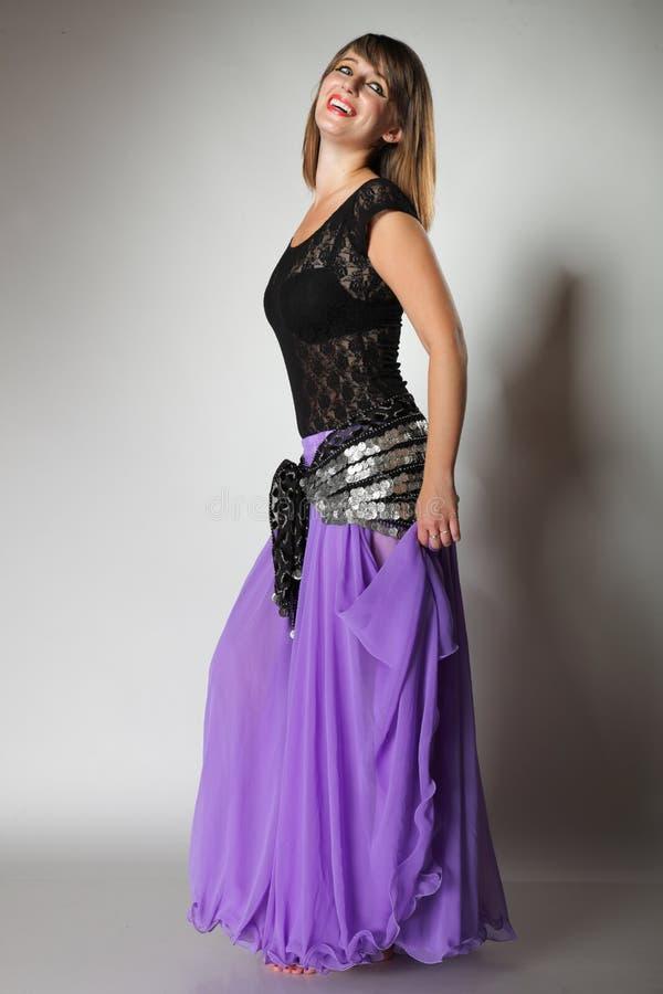Härlig exotisk flicka för magdansöskvinnadans royaltyfri fotografi