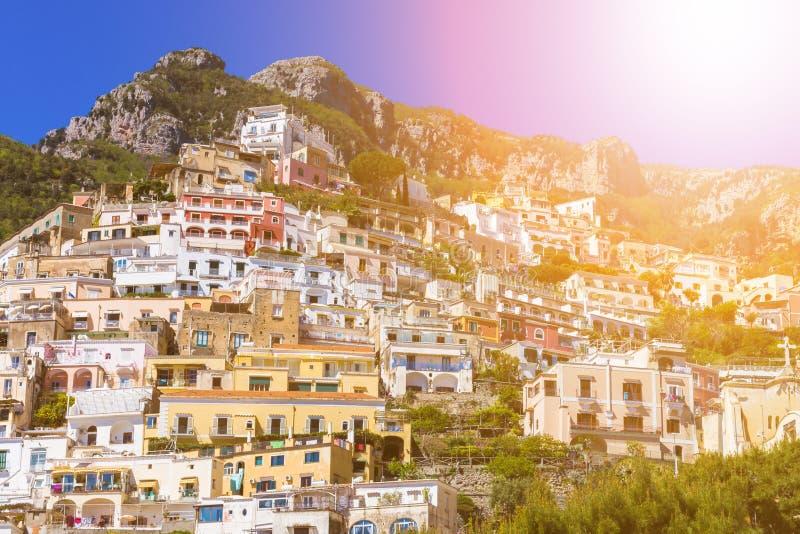 Härlig färgrik cityscape på bergen över havet, Europa, traditionell italiensk arkitektur Amalfi kust - royaltyfri fotografi