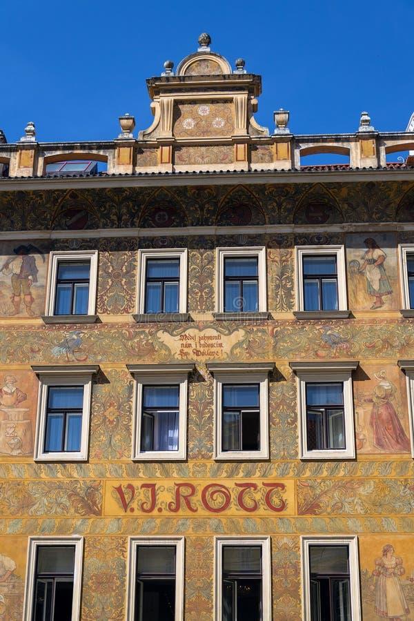 Härlig färgrik facede från Mikolas öl på gammalt V J Rott byggnad från 1890 på den manliga namestien nära den gamla stadfyrkanten royaltyfria foton
