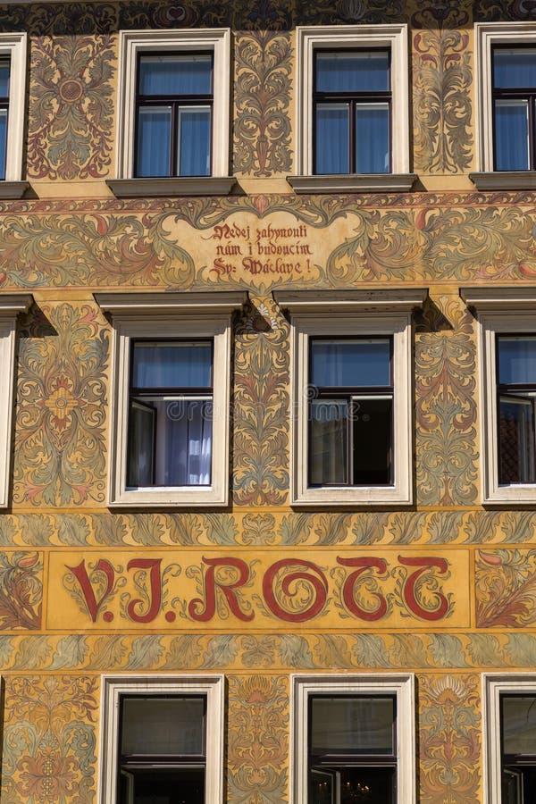 Härlig färgrik facede från Mikolas öl på gammalt V J Rott byggnad från 1890 på den manliga namestien nära den gamla stadfyrkanten arkivfoto
