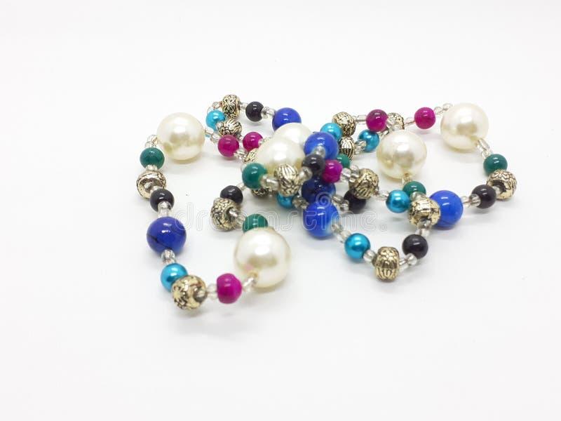 Härlig färgrik halsband för kvinnasmycken i vit bakgrund 04 arkivbilder
