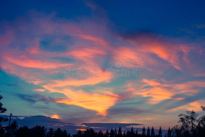 Härlig färgrik himmel i skymningtid, solljus av solnedgången med cloudscape i afton arkivfoton