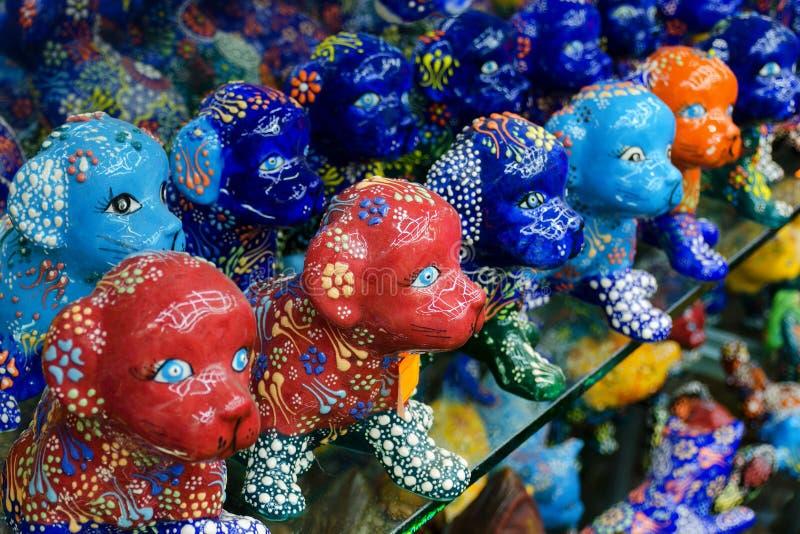 Härlig färgrik hundstatyett med den utsmyckade traditionella turkiska blomman royaltyfria bilder