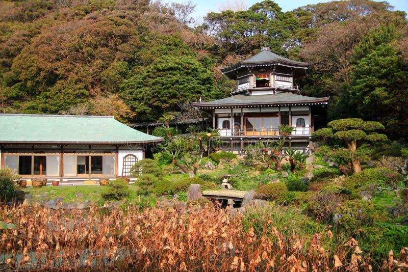 Härlig färgrik japansk trädgård, Kamakura arkivfoton