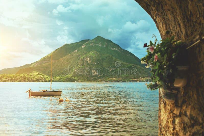 Härlig färgrik panoramautsikt av waterscape av Como sjön royaltyfria bilder