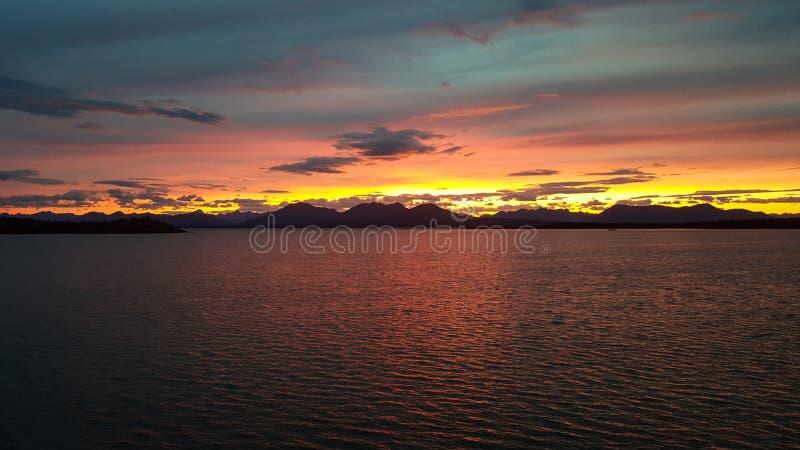 Härlig färgrik solnedgång över en sjö i Alaska royaltyfri foto