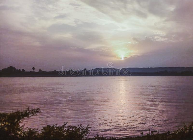 H?rlig f?rgrik solnedg?ng ?ver Nil Luxor, Egypten arkivfoton