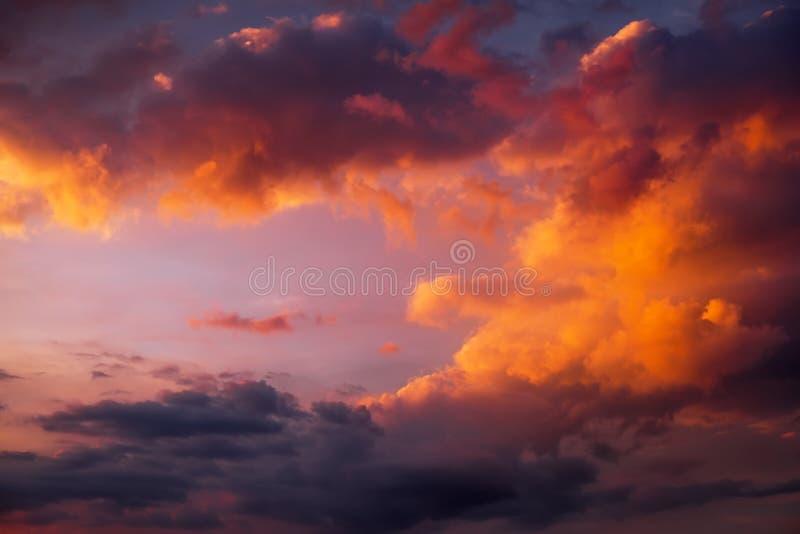 Härlig färgrik solnedgånghimmel som bakgrund Fördunklar upplyst arkivbild