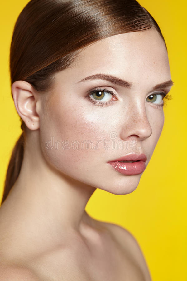 härlig för flickaillustration s för svart framsida white för vektor naturlig makeup Spa arkivbilder
