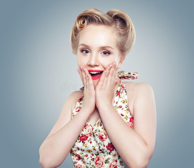 härlig förvånad kvinna Gulligt leende, perfekt makeup och retro royaltyfri bild