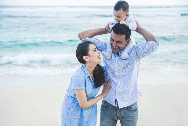 Härlig familj med den lilla sonen som har gyckel tillsammans medan vacat arkivfoto