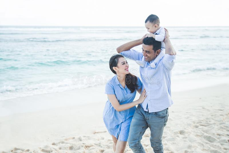 Härlig familj med den lilla sonen som har gyckel tillsammans medan vacat royaltyfria bilder