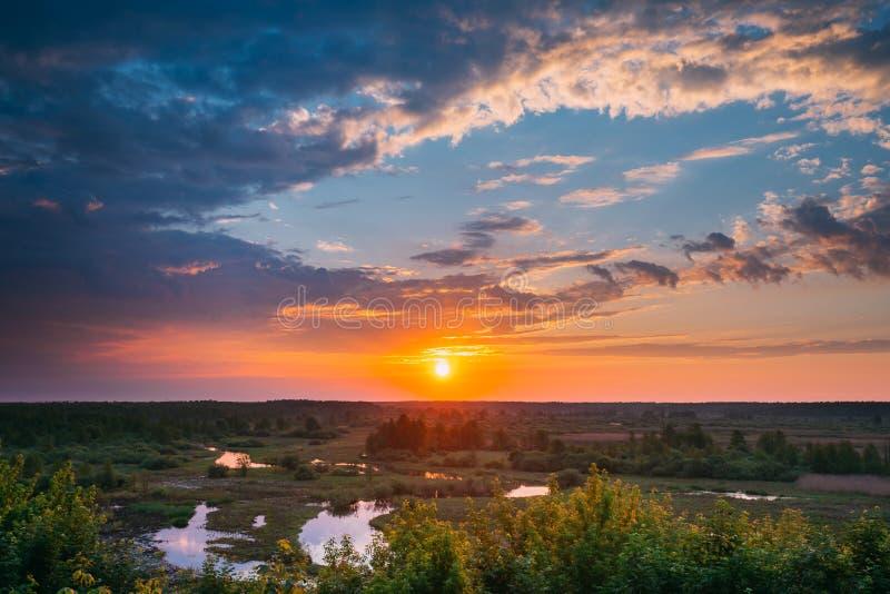 Härlig fantastisk soluppgång ovanför sommar Forest And River Landscap royaltyfria bilder
