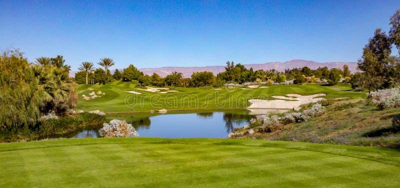 Härlig farled på den Indian Wells golfbanan nära Palm Springs arkivfoton