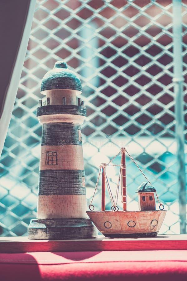 Härlig fartygmodell och pannlampa på mitt fönster royaltyfri bild