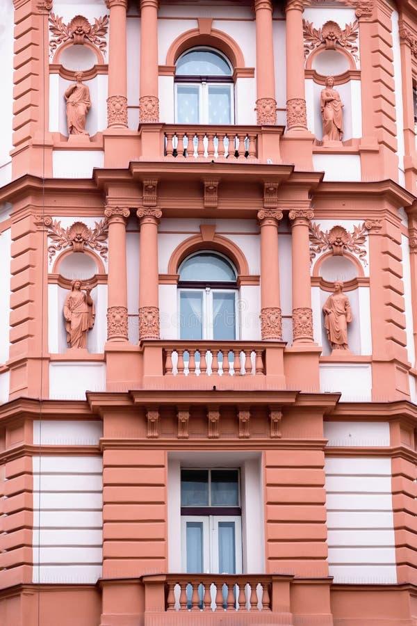 Härlig fasad av det gamla huset Fragment detaljer Prague tjeckisk republik royaltyfri fotografi