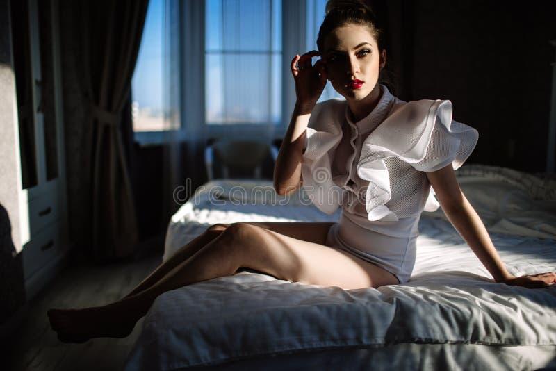 Härlig fenomenal bedöva elegant sexig blond modell med den perfekta erotiska kroppdräkten arkivfoto