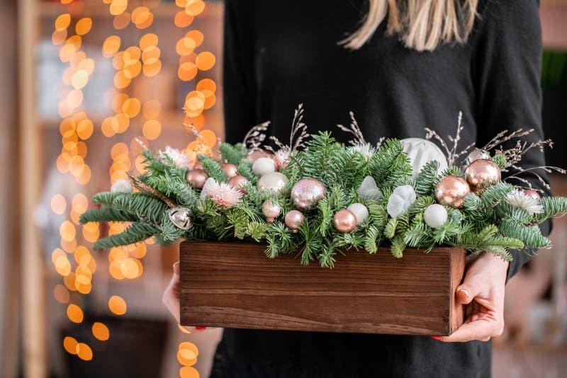 H?rlig festlig ordning av den nya granen, rosa ornamentals i en lantlig tr?ask bolljulen isolerade white f?r mood tre Girlandboke arkivbilder