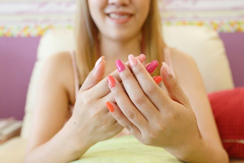 Härlig fingernagelmanikyrakryl spikar polermedel av kvinnan royaltyfria foton