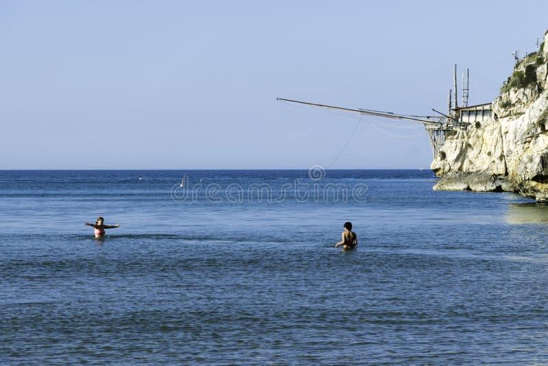 Härlig fjärd med havet och strand i Vieste Gargano, Puglia, Ital royaltyfri bild