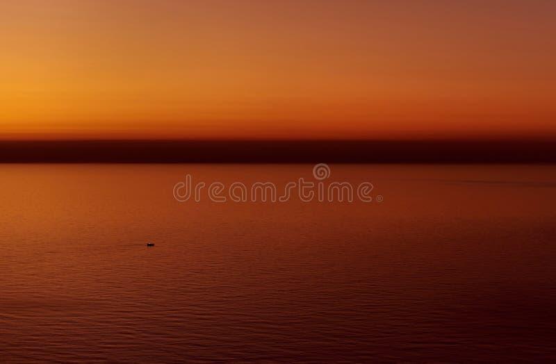 Härlig flammande solnedgång över medelhavet arkivbilder