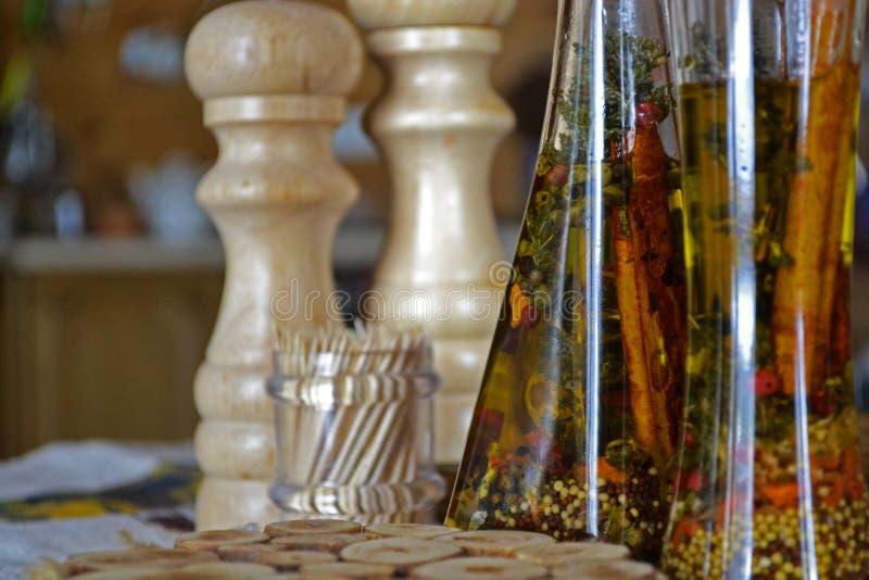 härlig flaska klädde oljeolivgrönkryddor arkivbilder