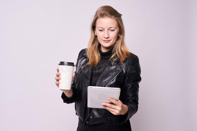 härlig flicka Affärskvinna glass kaffe white för tablet för illustration för bakgrundsdatordesign royaltyfri foto