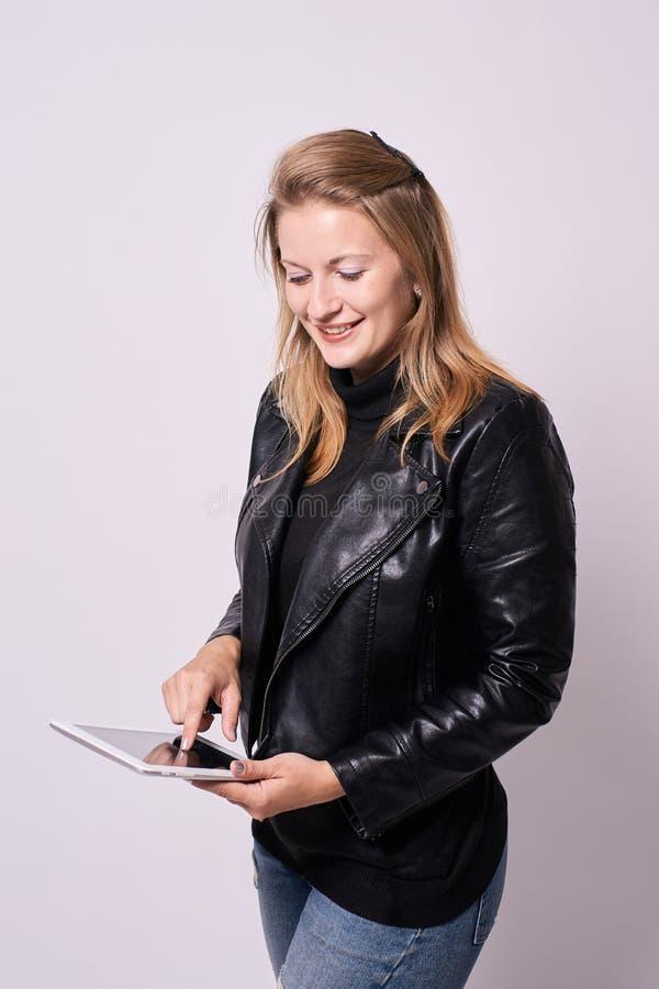 härlig flicka Affärskvinna white för tablet för illustration för bakgrundsdatordesign arkivfoton