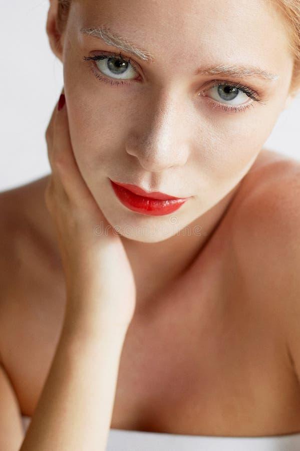 Härlig flicka av det europeiska utseendet Rött hår med ett handlag av honung Skönhetskytte Stor-framsida stående arkivbild