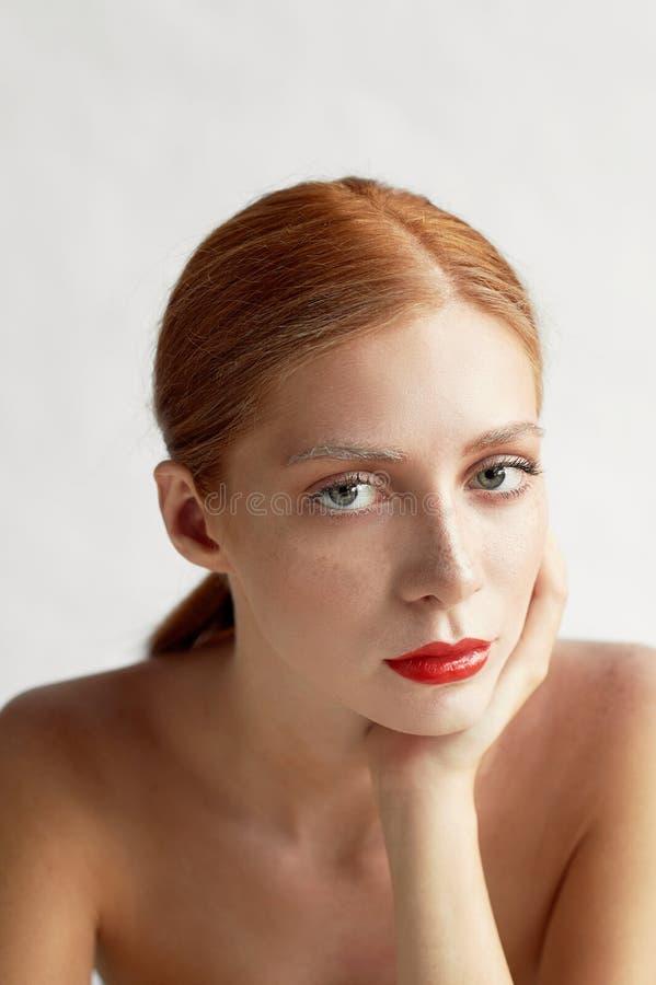 Härlig flicka av det europeiska utseendet Rött hår med ett handlag av honung Skönhetskytte Stor-framsida stående royaltyfri foto