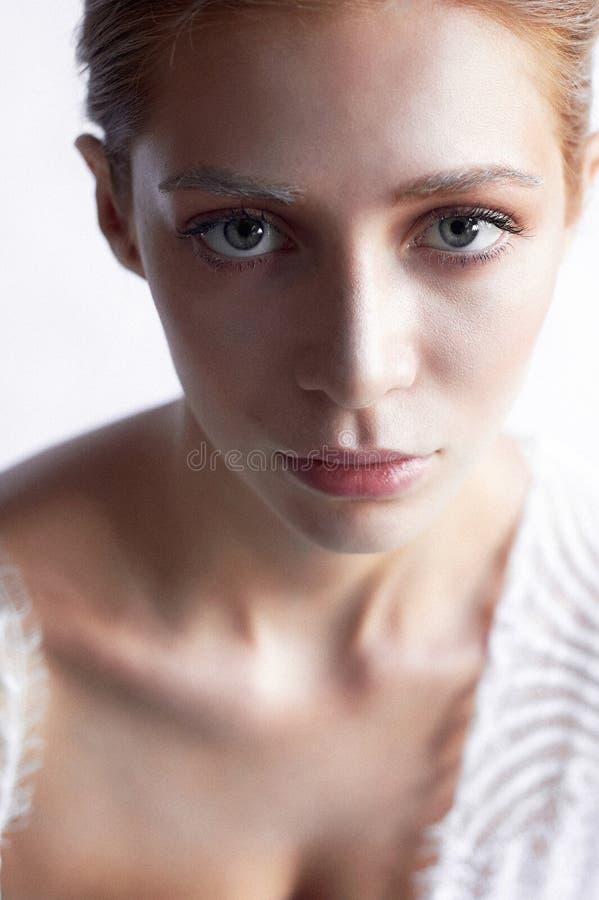 Härlig flicka av det europeiska utseendet Rött hår med ett handlag av honung Skönhetskytte Stor-framsida stående arkivfoton