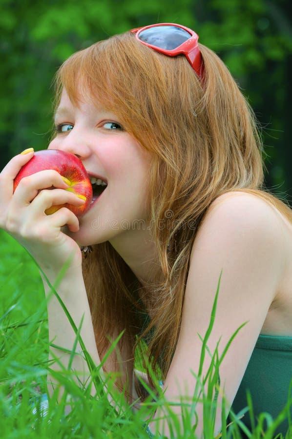 härlig flicka för äpple arkivfoton