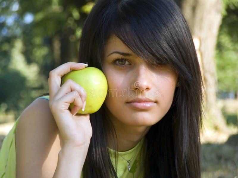 härlig flicka för äpple arkivbild