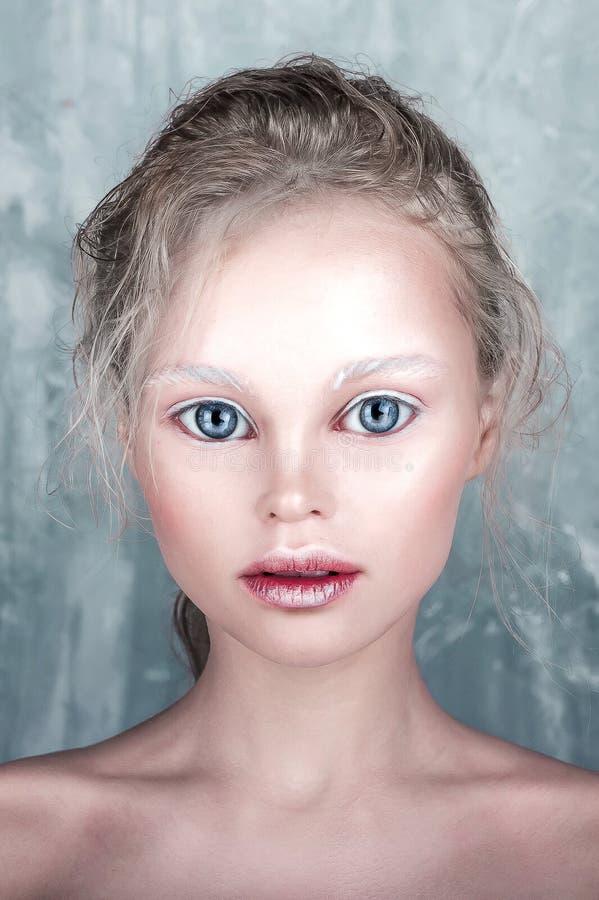 Härlig flicka för allhelgonaaftondockaframsida med perfekt smink och hår arkivfoto