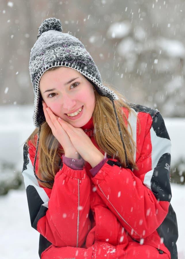 Härlig flicka för blont hår i vinter arkivbilder