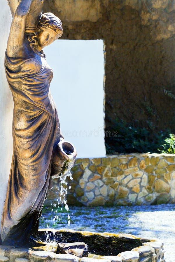 Härlig flicka för Bronze staty royaltyfri bild