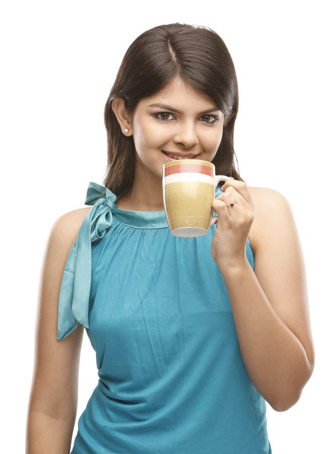 härlig flicka för kaffekopp royaltyfria foton