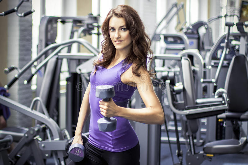 Härlig flicka för kondition i idrottshall royaltyfri fotografi