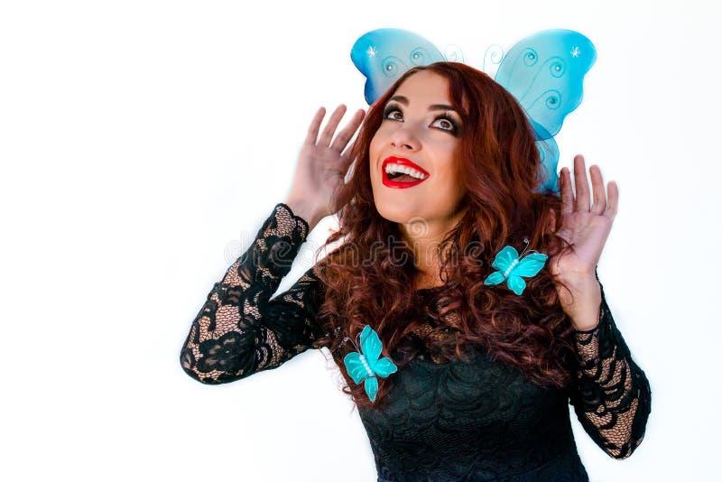 Härlig flicka för modemodell med blåa fjärilar i hennes hår l royaltyfri foto