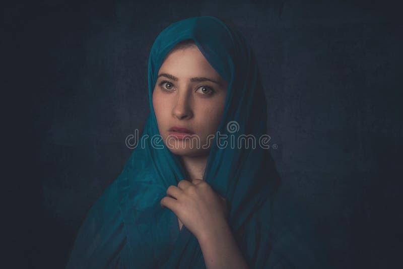 Härlig flicka för Muslim Stilfull skönhetkulturstående arkivfoto