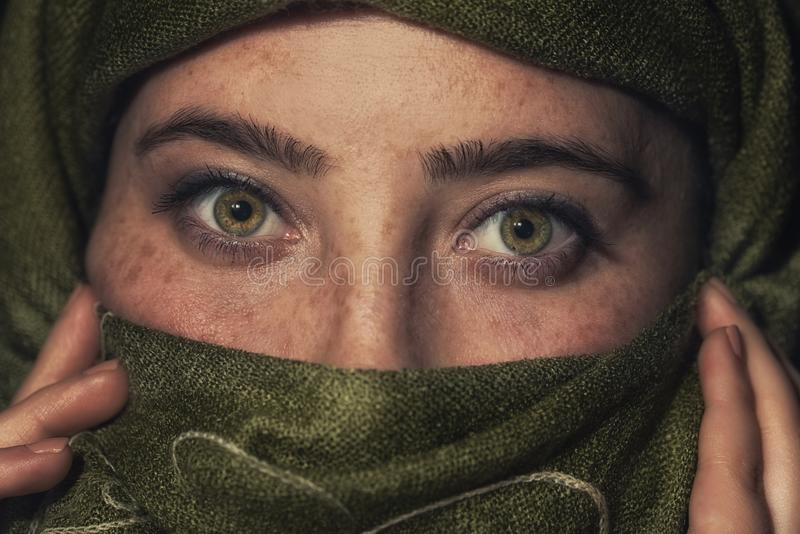 Härlig flicka för Muslim Stilfull skönhetstående royaltyfri foto