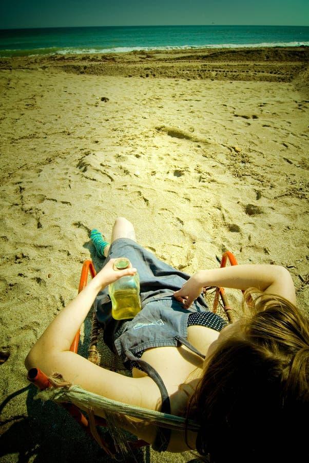 härlig flicka för strand royaltyfria bilder