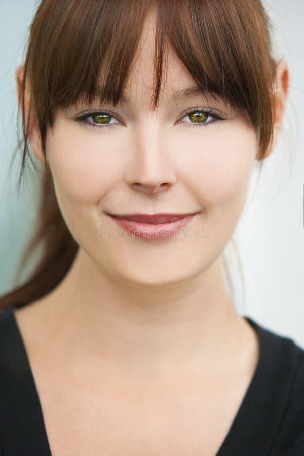 Härlig flicka för ung kvinna med gröna ögon fotografering för bildbyråer
