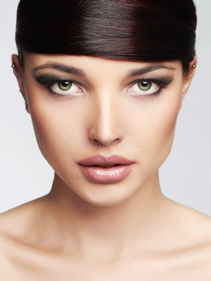 härlig flicka frisyr frans Yrkesmässig Makeup Ung skönhetkvinna royaltyfria foton