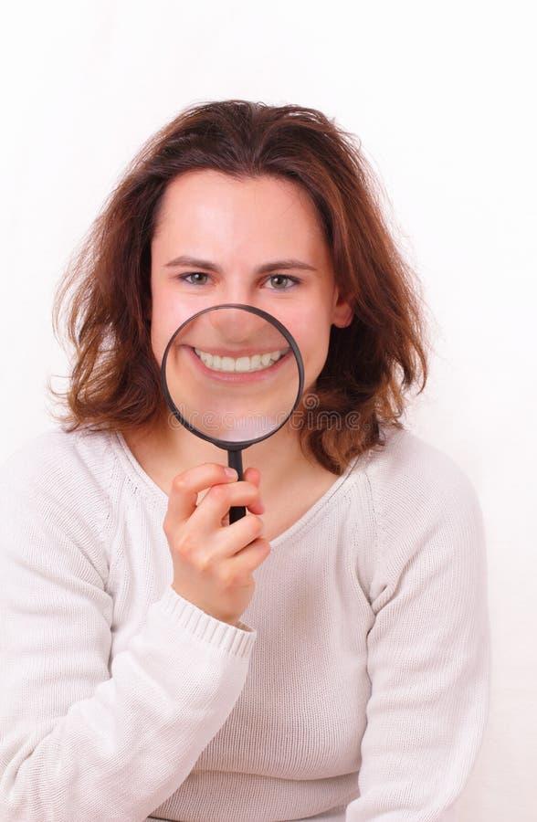härlig flicka henne barn för showstandwhite arkivfoto