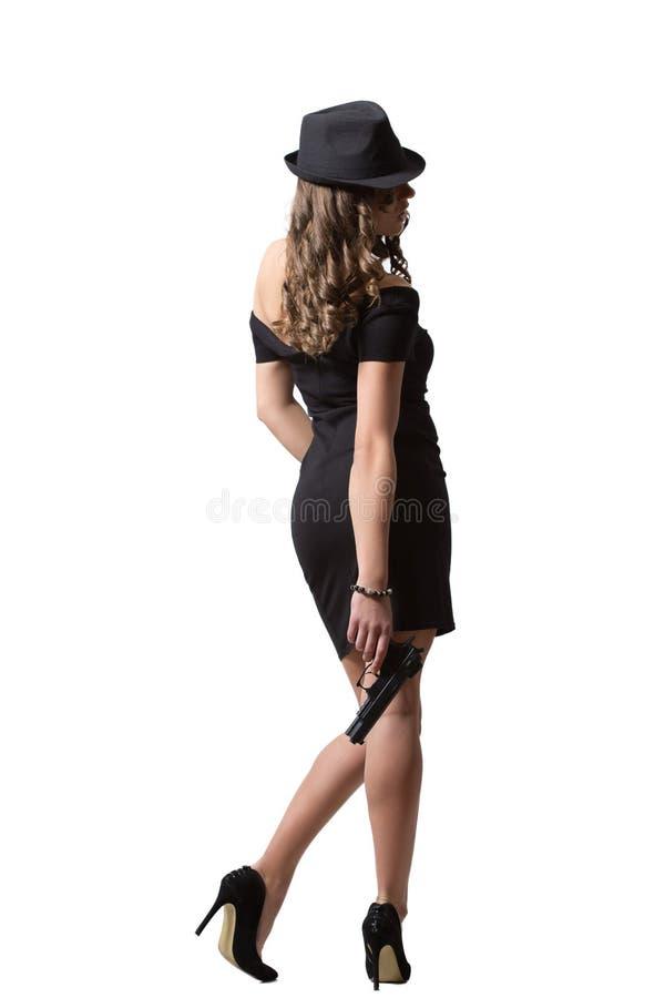 Härlig flicka i aftonklänning och hattinnehav royaltyfri foto