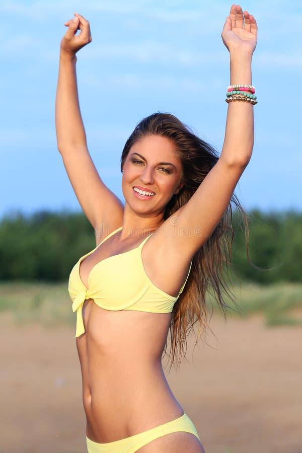 Härlig flicka i bikini på en strand royaltyfri fotografi