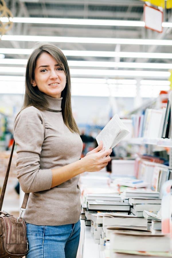 Härlig flicka i bokhandel royaltyfri bild